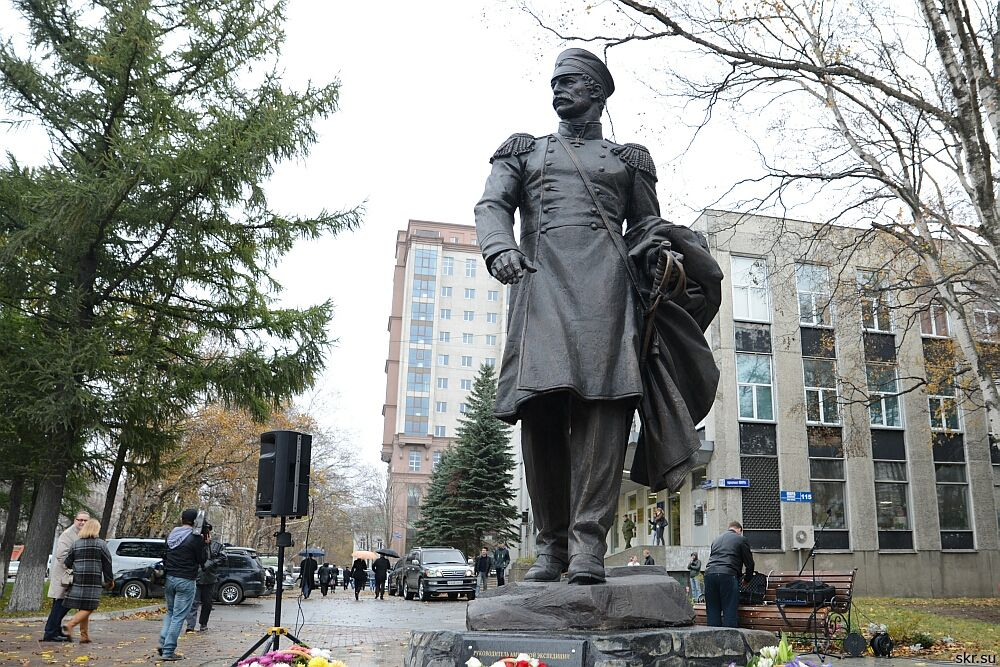 памятник Адмиралу Г.И. Невельскому в Южно-Сахалинске. Высота фигуры 400 см, Бронза. (К. Кубышкин, И. Яворский, М. Малашенко)